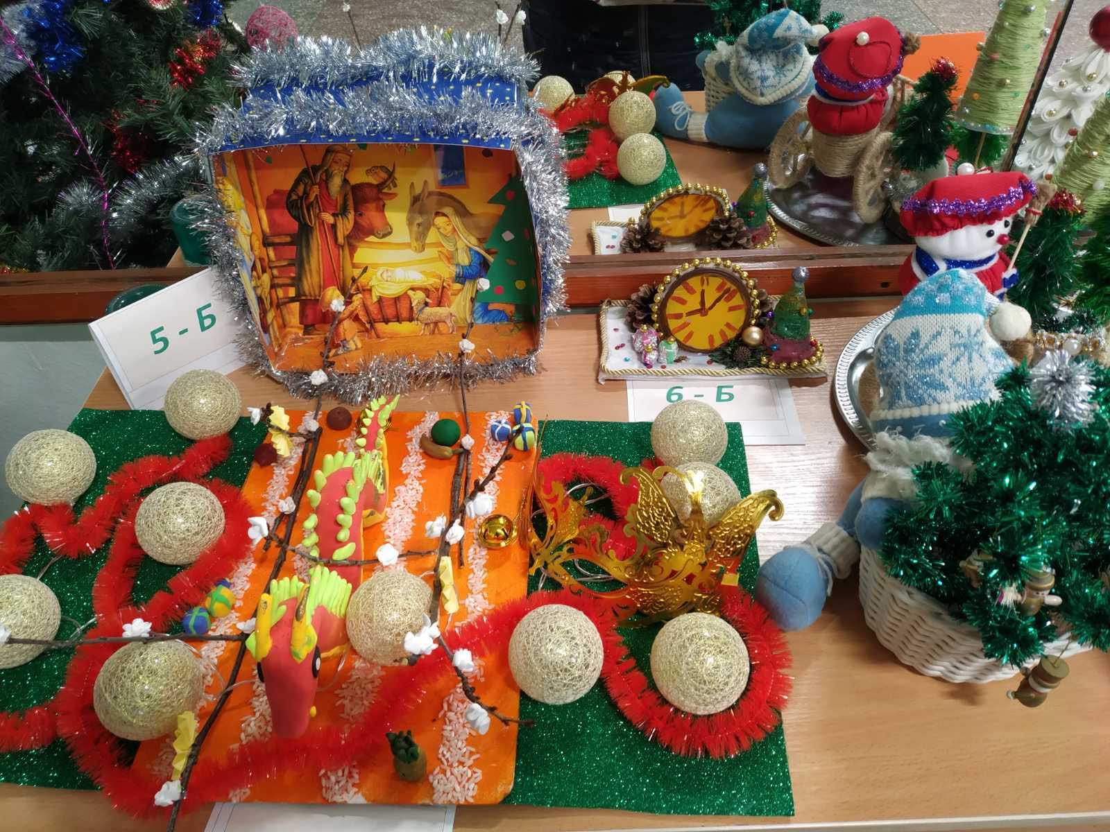 Виставка традиційних новорічних атрибутів «Новий рік крокує планетою»
